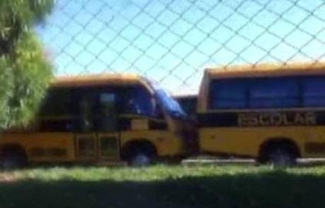Ônibus escolares estão parados em garagem de uma e