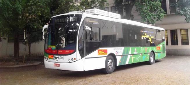 Ônibus híbrido em exposição no pátio da Etesp, em