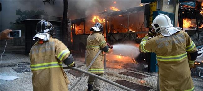 Ônibus incendiado em 2017 no Rio de Janeiro