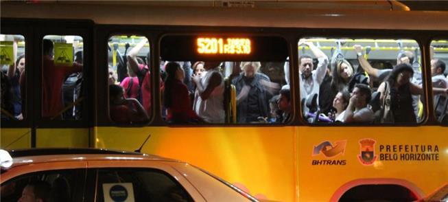 Ônibus lotado em Belo Horizonte: usuários insatisf