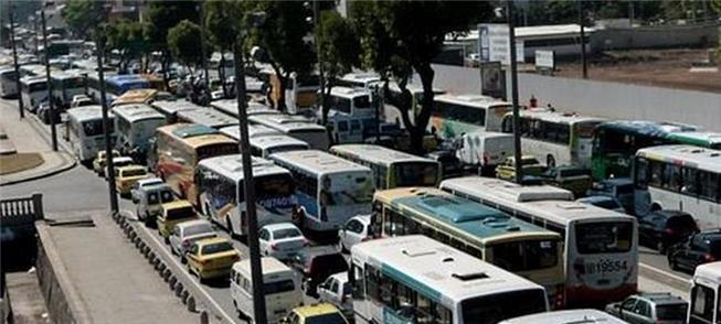 Ônibus preso no congestionamento: prejuízo para a