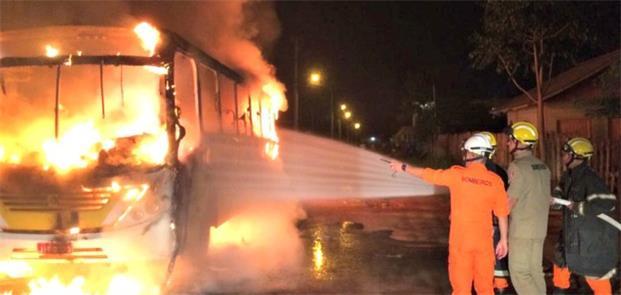 Ônibus queima no bairro Recanto dos Buritis, Rio B