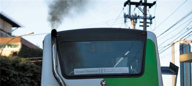 Ônibus soltando fumaça preta em SP: contra as meta