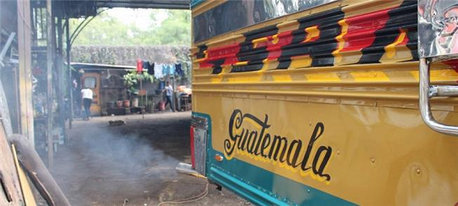 Ônibus sucateado: mais poluição na Cidade da Guate