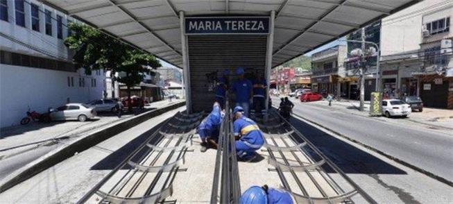 Operários desmontam estação do BRT na zona oeste d