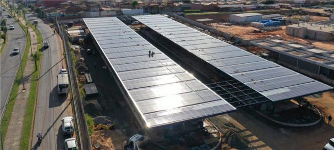 Painéis de energia fotovoltaica cobrem terminal em