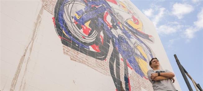 Painel de azulejos de 7m tem como tema a mobilidad