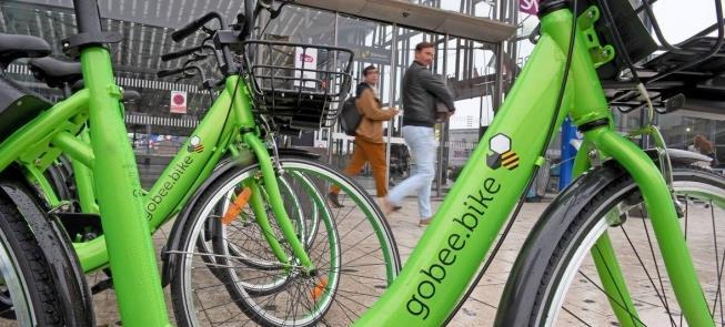 Paris e suas bicicletas de aluguel verdes, azuis e