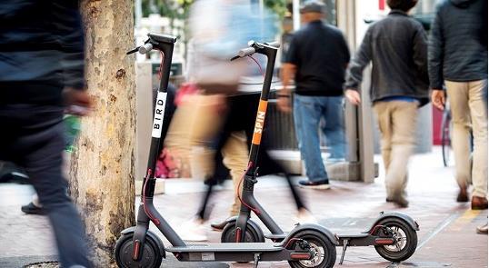 Paris terá regras para patinetes nas calçadas