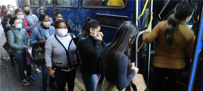 Passageiros acessam ônibus em Porto Alegre
