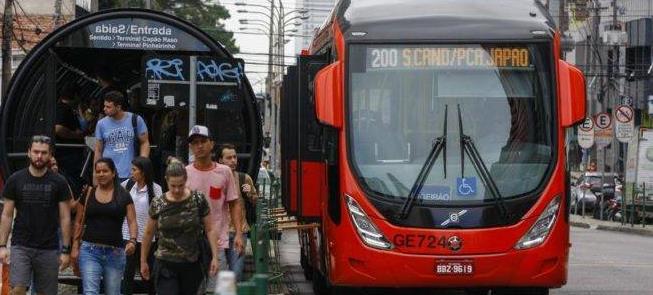 Passageiros desembarcam de ônibus em Curitiba