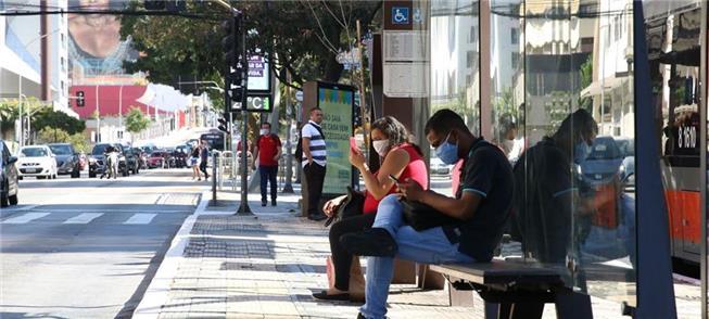 Passageiros em parada de ônibus de São Paulo
