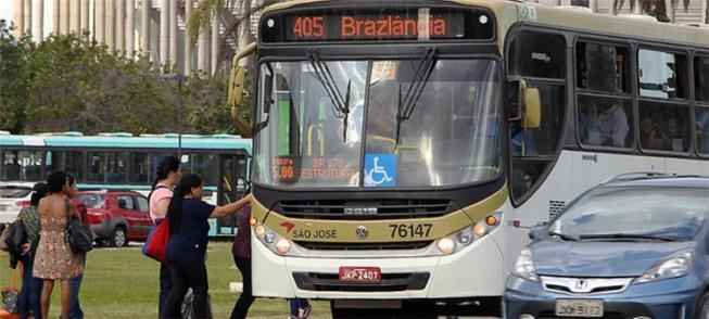 Passageiros embarcam em ônibus no Eixo Monumental