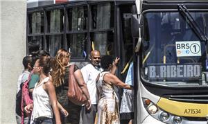 Passageiros lutam para entrar em ônibus no Rio de
