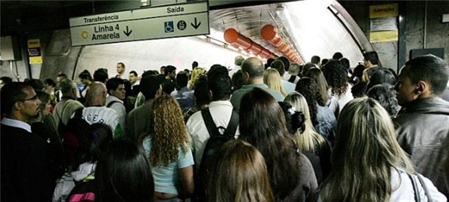 Passagem sempre lotada entre linhas 4 e 2 do Metrô
