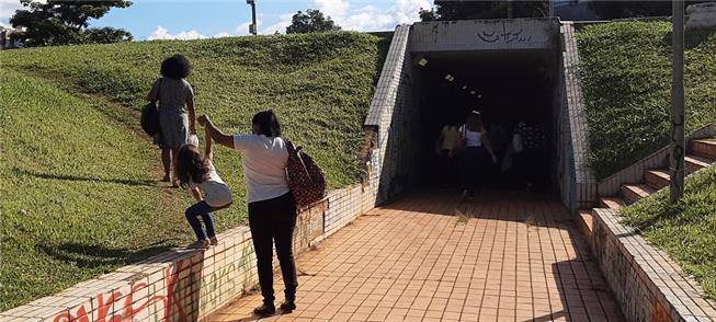 Passagem subterrânea sob as pistas do Eixão