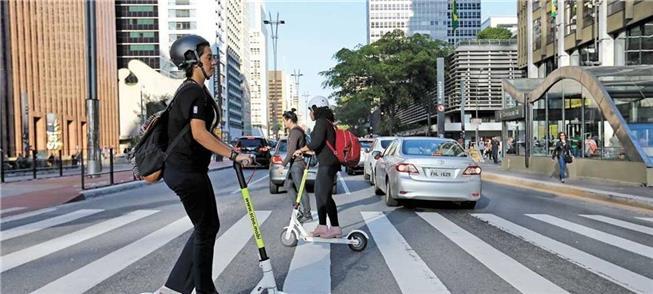 Patinetes da Scoo na avenida Paulista