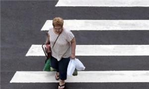 Pedestre atravessa na faixa
