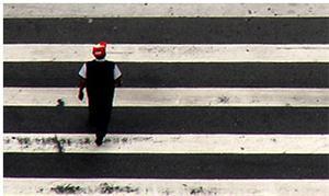 Pedestre atravessando na faixa