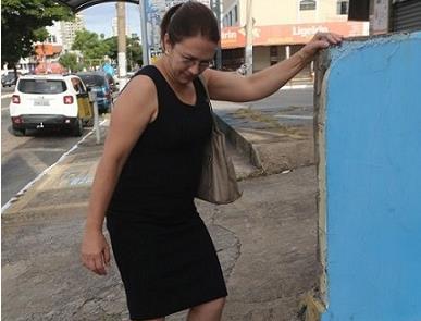 Pedestre sofre para transitar pelas calçadas de Go