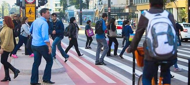 Pedestres e ciclistas na avenida Paulista, em São