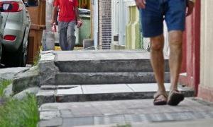 Pedestres estão perdendo espaço para caminhar