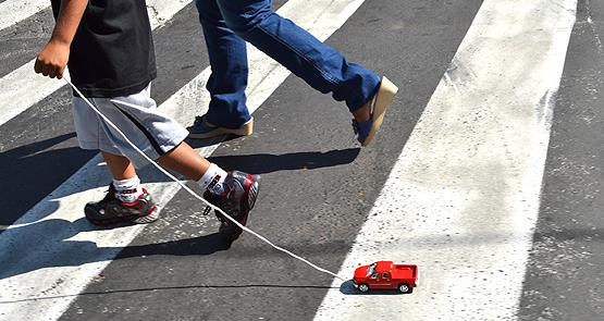 Pedestres na travessia: baixas velocidades evitam