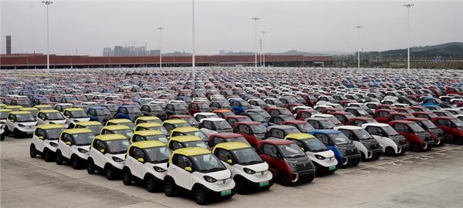 Pequenos carros elétricos estocados em uma área op