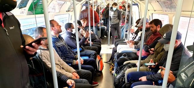 Perigo: muitos sem máscara no metrô de Londres hoj