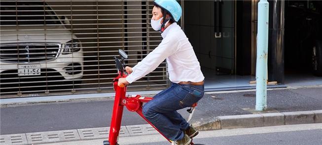 Pessoa viaja confortavelmente no novo ciclomotor e
