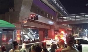 Pessoas observam acidente com monotrilho na noite