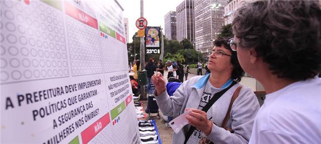 Pessoas participaram hoje (15) da ação pelo transp