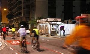 Pessoas pedalam em São Paulo