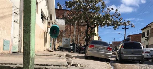 Piso destruído na calçada de ambulatório em bairro