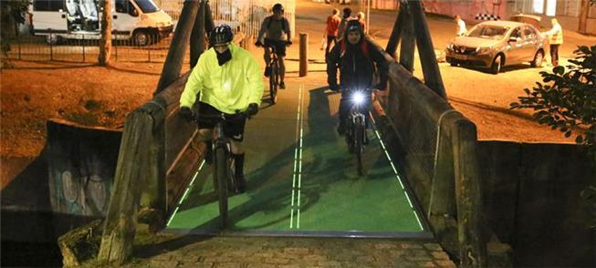 Piso sobre a ponte se ilumina à passagem das bicic