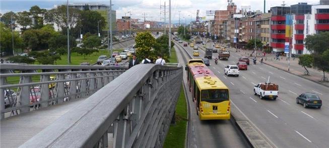 Pistas e acesso do BRT Transmilênio em avenida de