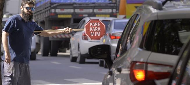 Placas obrigam motorista a ver o pedestre (Rafael