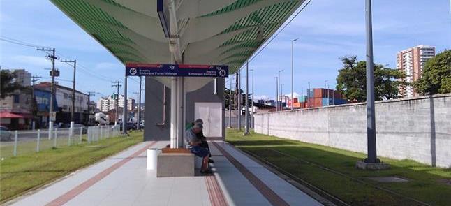 Plataforma de estação do VLT da Baixada Santista