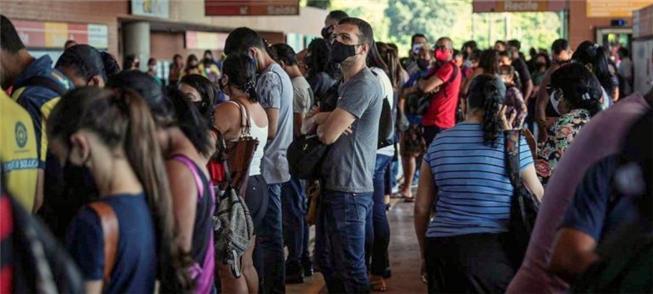Plataforma lotada no Recife: Justiça aciona Govern