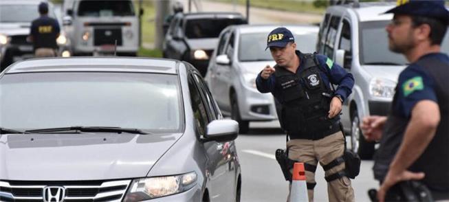 Polícia fiscaliza motoristas em trecho urbano de r