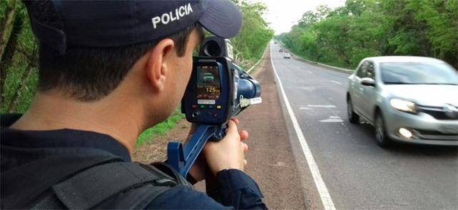 Policial federal utilizando radar móvel em estrada