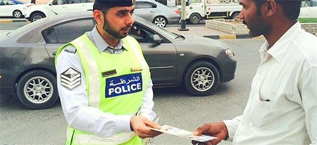 Policial multa pedestre em Abu Dhabi