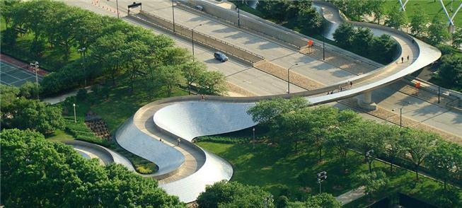 Ponte sobre o parque Millennium, em Chicago (EUA)