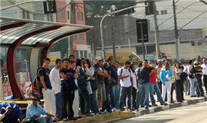 Ponto de ônibus: longa espera pelo transporte