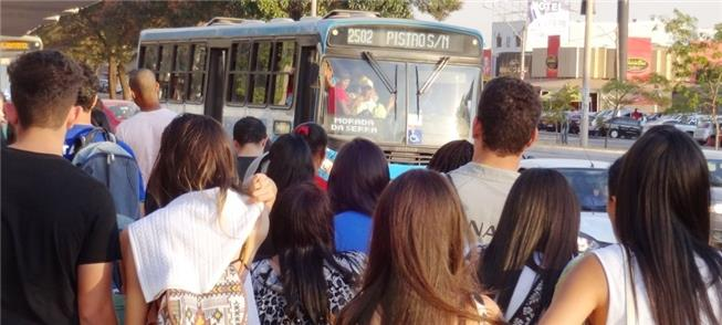 Ponto de ônibus lotado, em Taguatinga (DF)