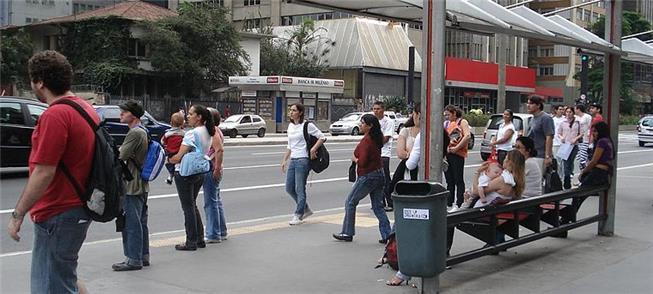Ponto de ônibus na Av. Paulista: mais tempo de es