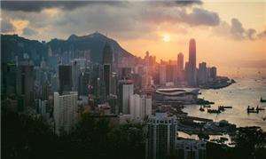 Pôr do sol em Victoria Harbour, norte de Hong Kong