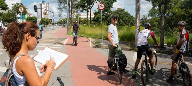 Prancheta na mão, ciclista anota dados sobre ciclo