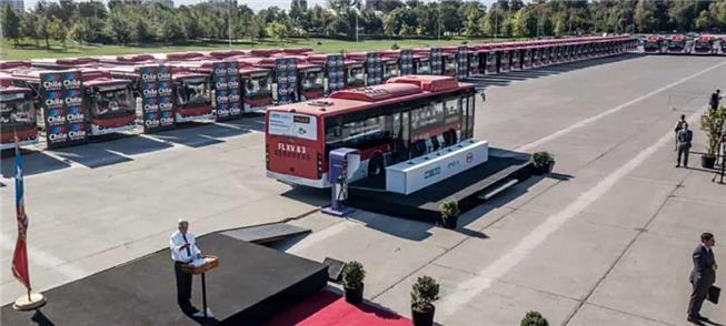 Presidente do Chile durante entrega dos 100 ônibus