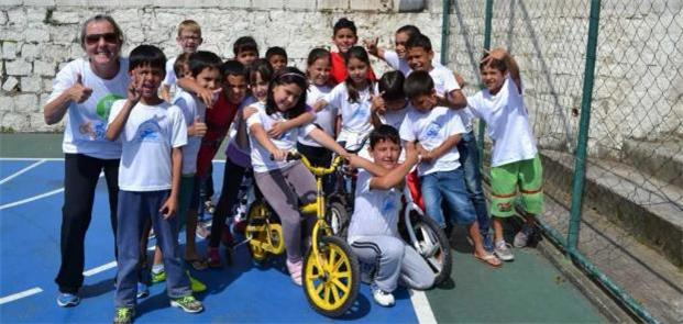 Professora e alunos do projeto Bicicleta na Escola